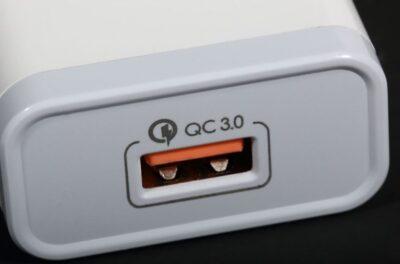 マグネット充電ケーブルは、Quick Charge (QC) 3.0対応